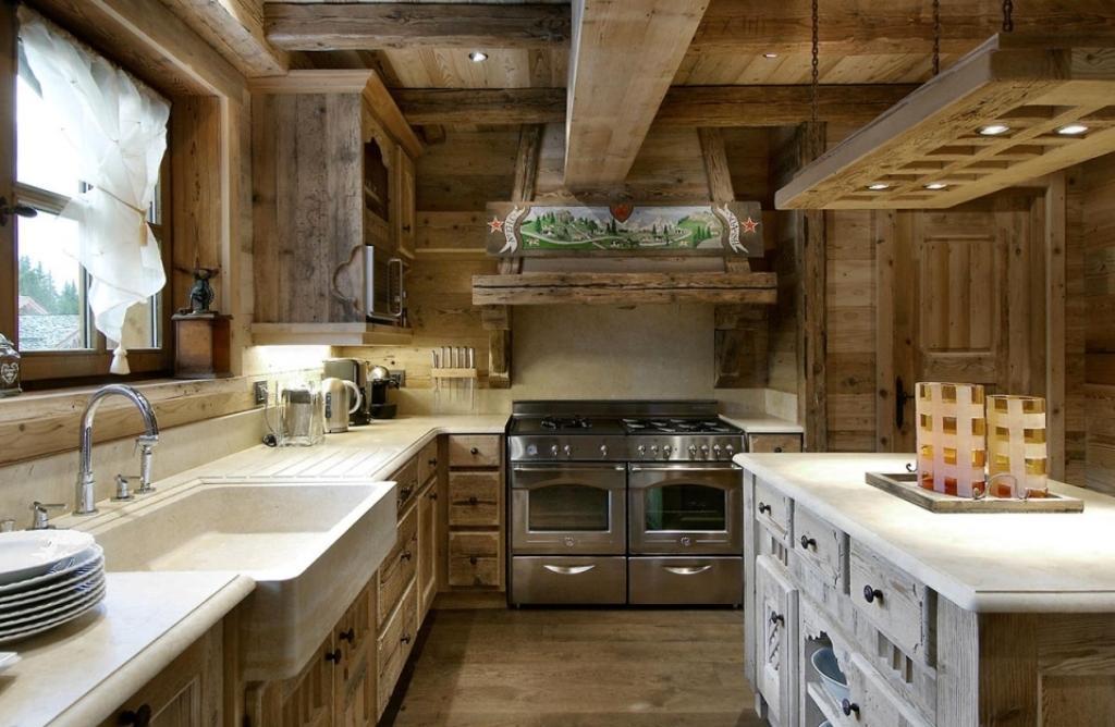 Такую кухню в стиле рустик можно спроектировать и в квартире