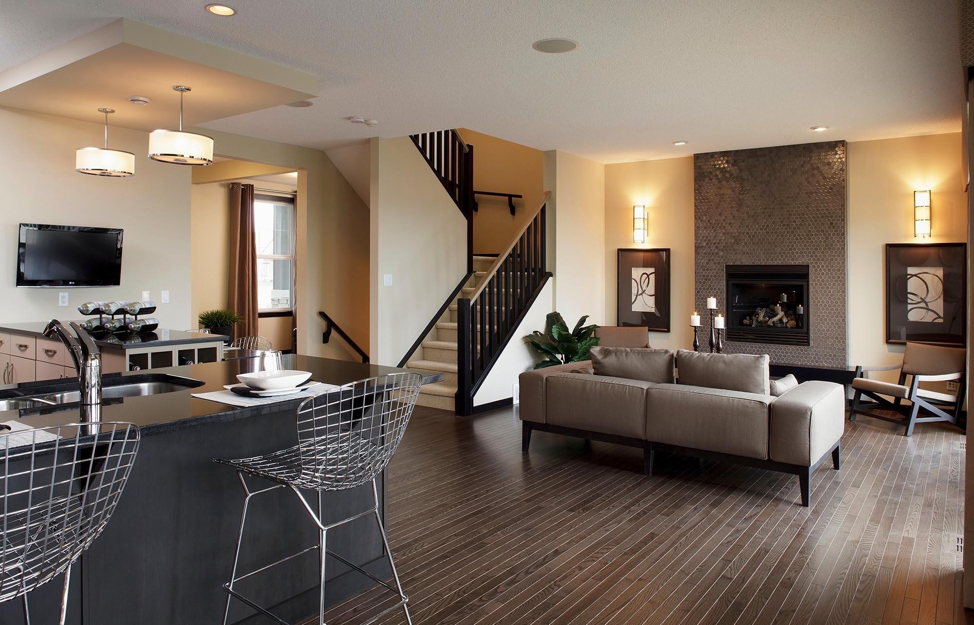 Красивая черно-бежевая лестница на второй этаж