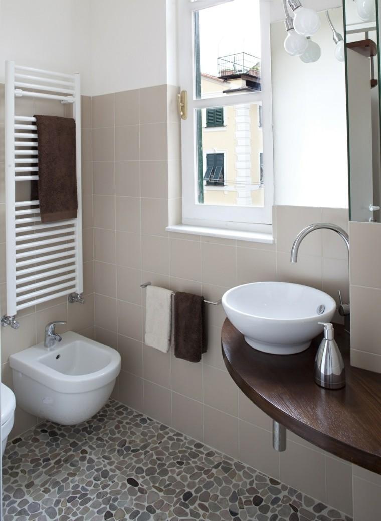 Маленькая ванная комната с каменным полом