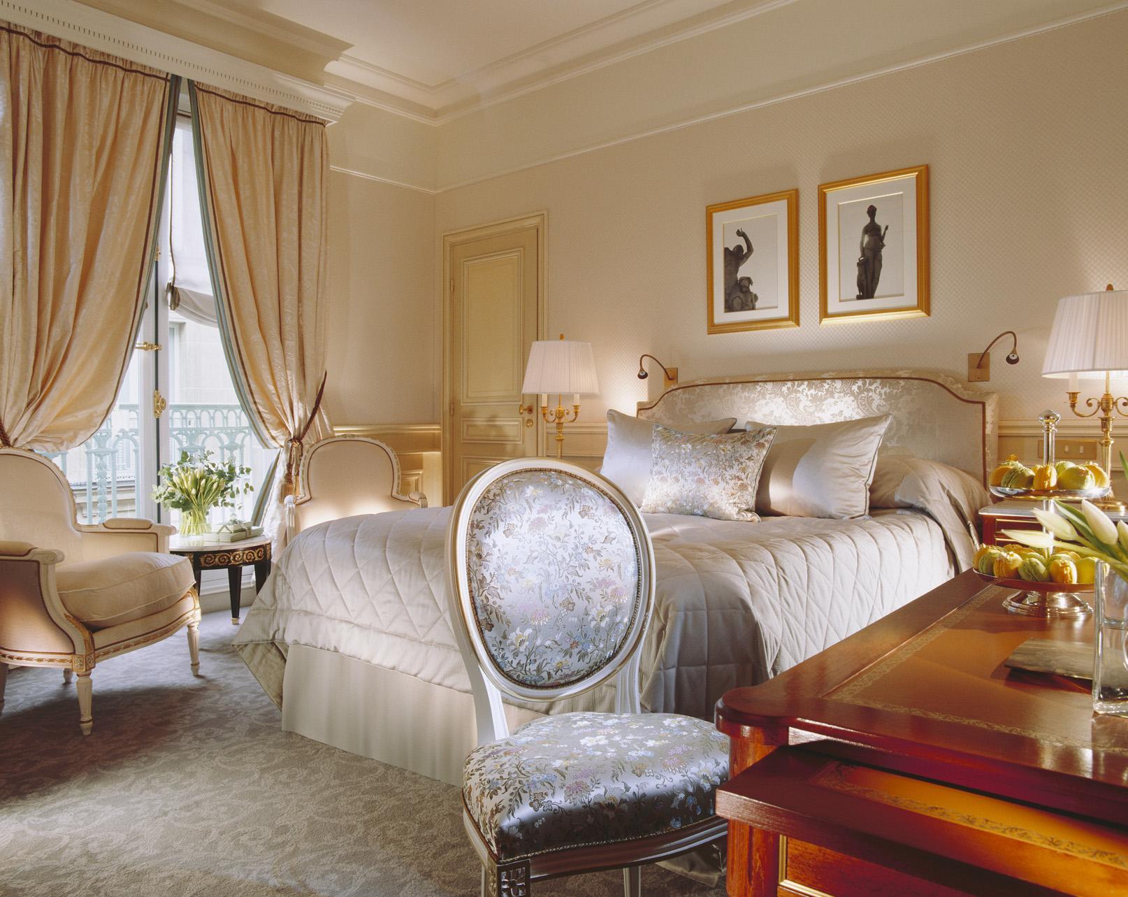 Спальня в классическом стиле в интерьере двухуровневой квартиры