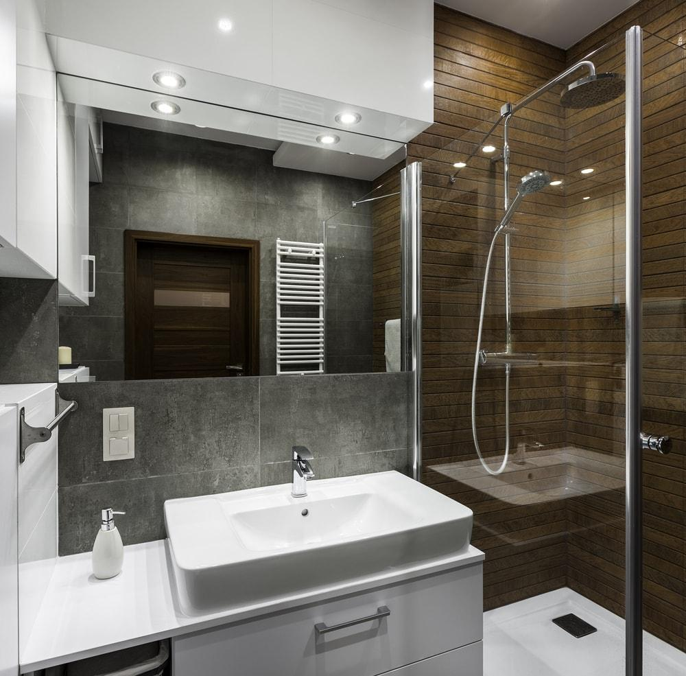 Маленькая ванная комната под дерево