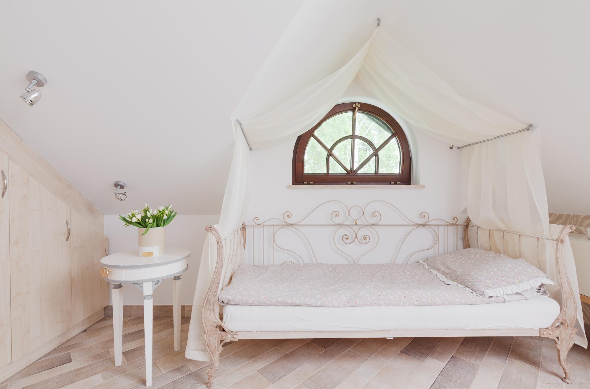 Прозрачный балдахин над кроватью, прикрепленный к потолку