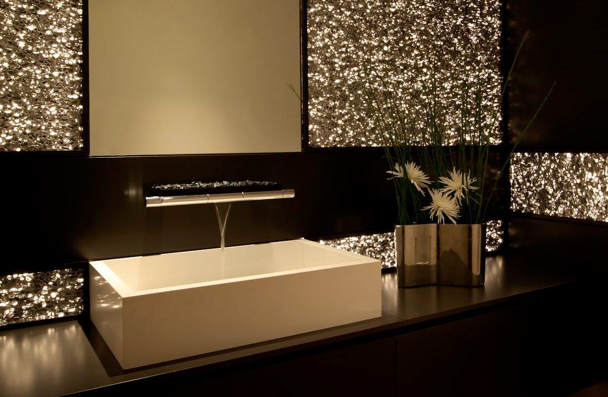 Золотистое украшение стен в ванной
