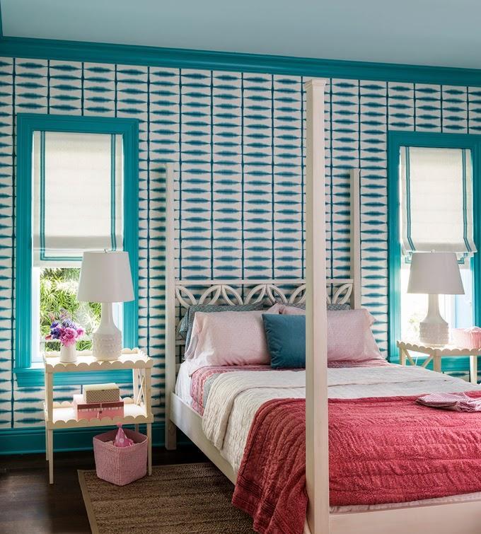 Спальня с бирюзовыми стенами и окнами