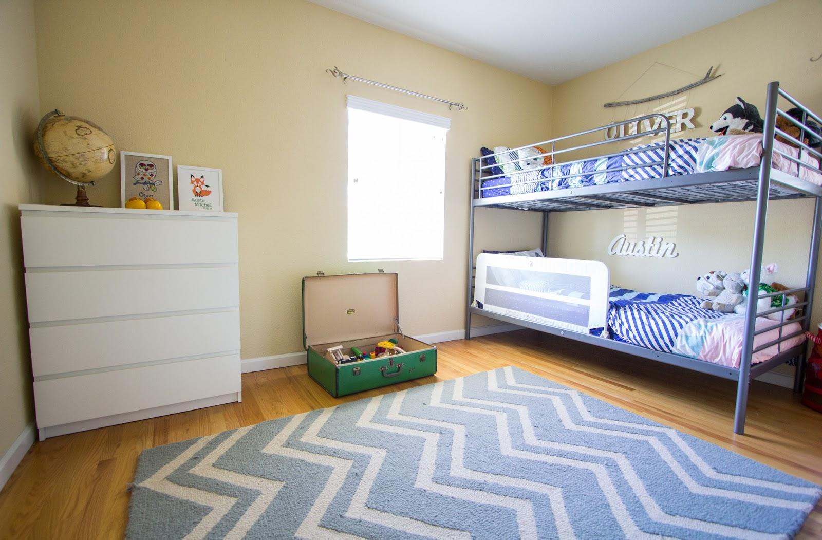 Дизайн детской комнаты для двух мальчиков с ковром