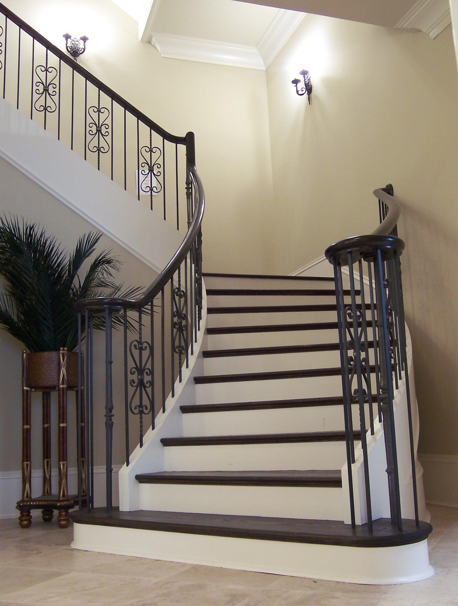 Железобетонная черно-белая лестница