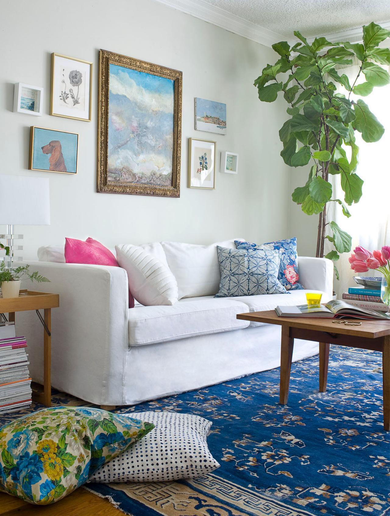 Гостиная в стиле бохо с красивыми синими элементами