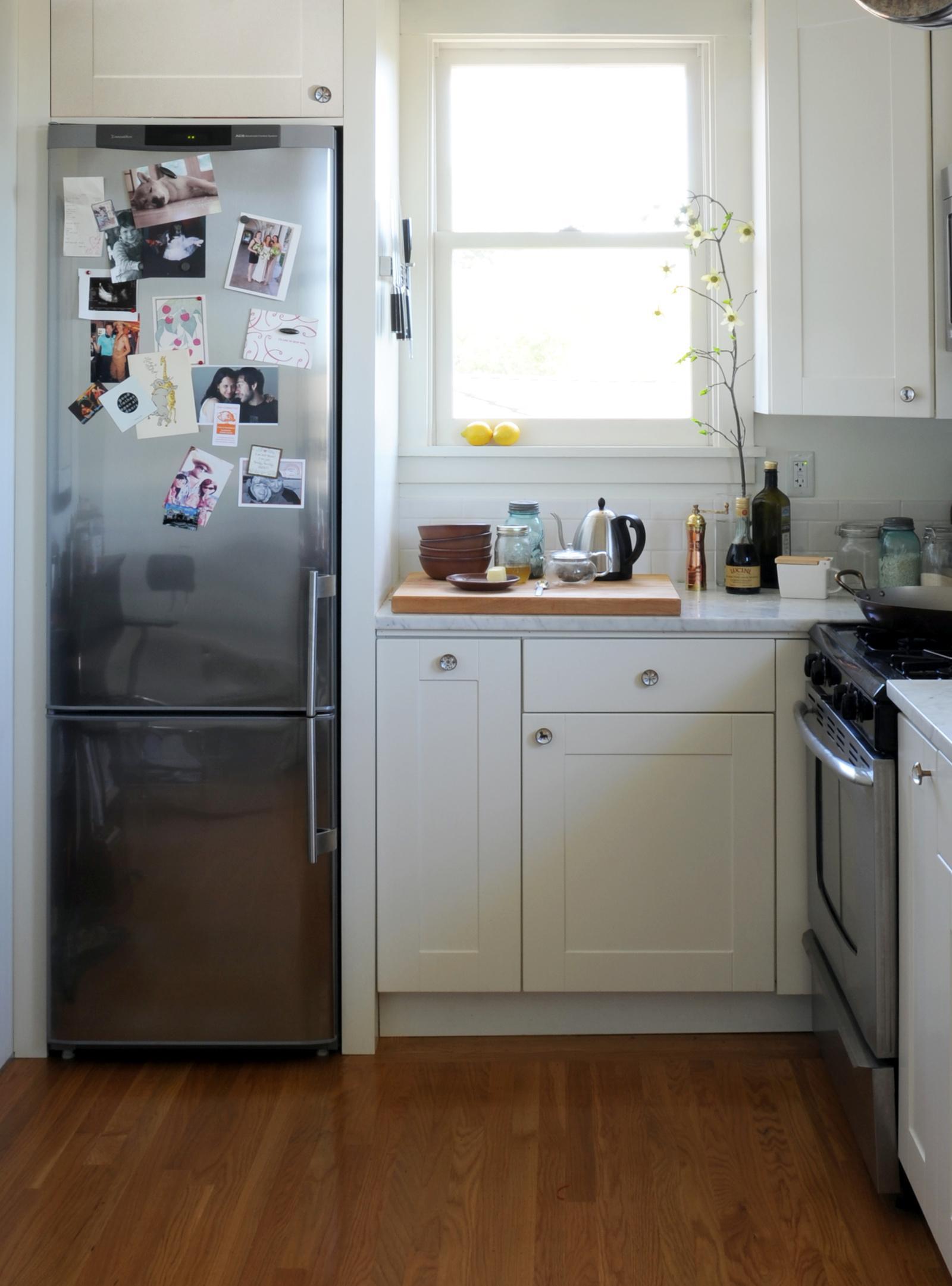 Расположение небольшого холодильника на кухне