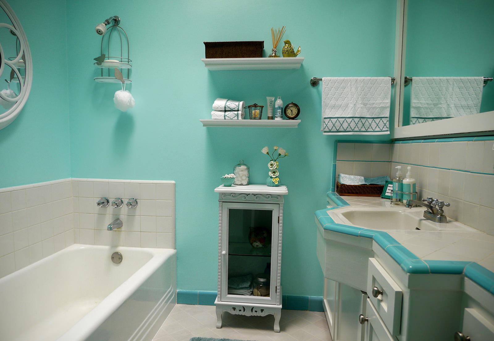 Бирюзово-белый интерьер ванной комнаты