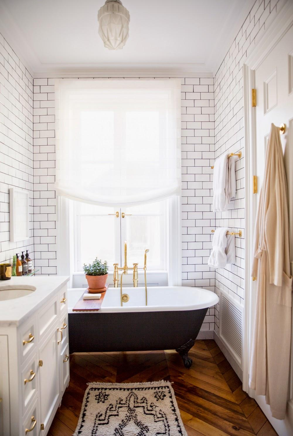 Золотистая сантехника в бело-коричневой ванной комнате
