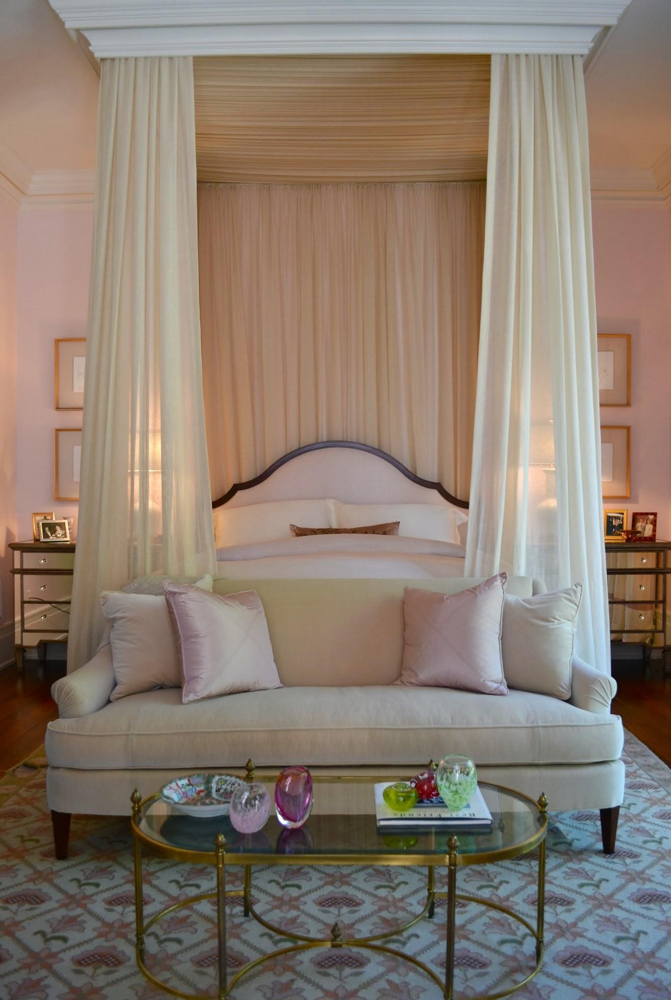 Кремый балдахин над кроватью