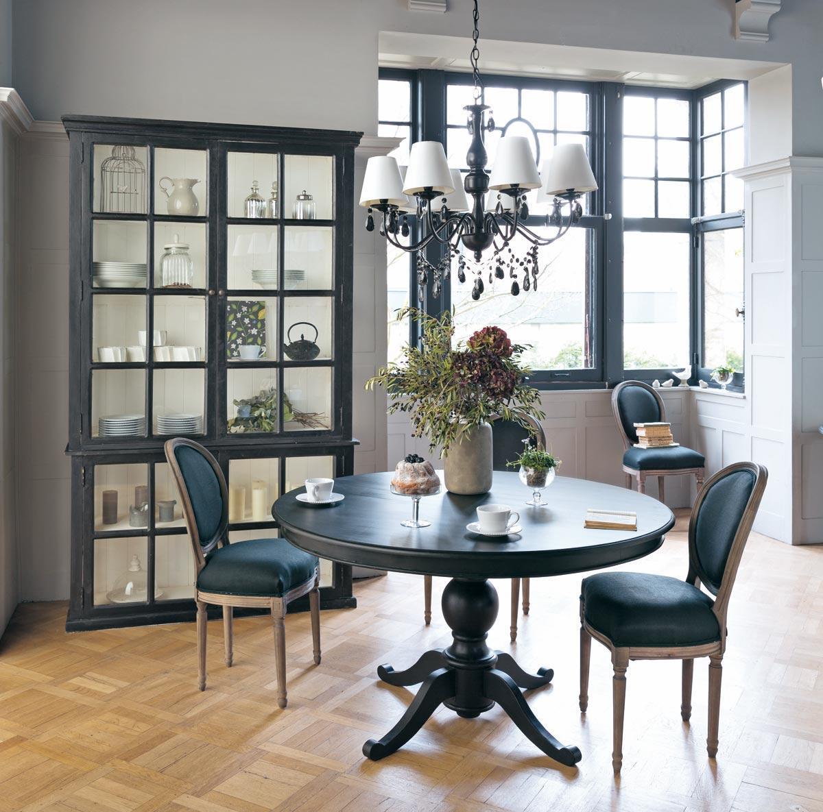 Темная мебель в гостиной в классическом стиле