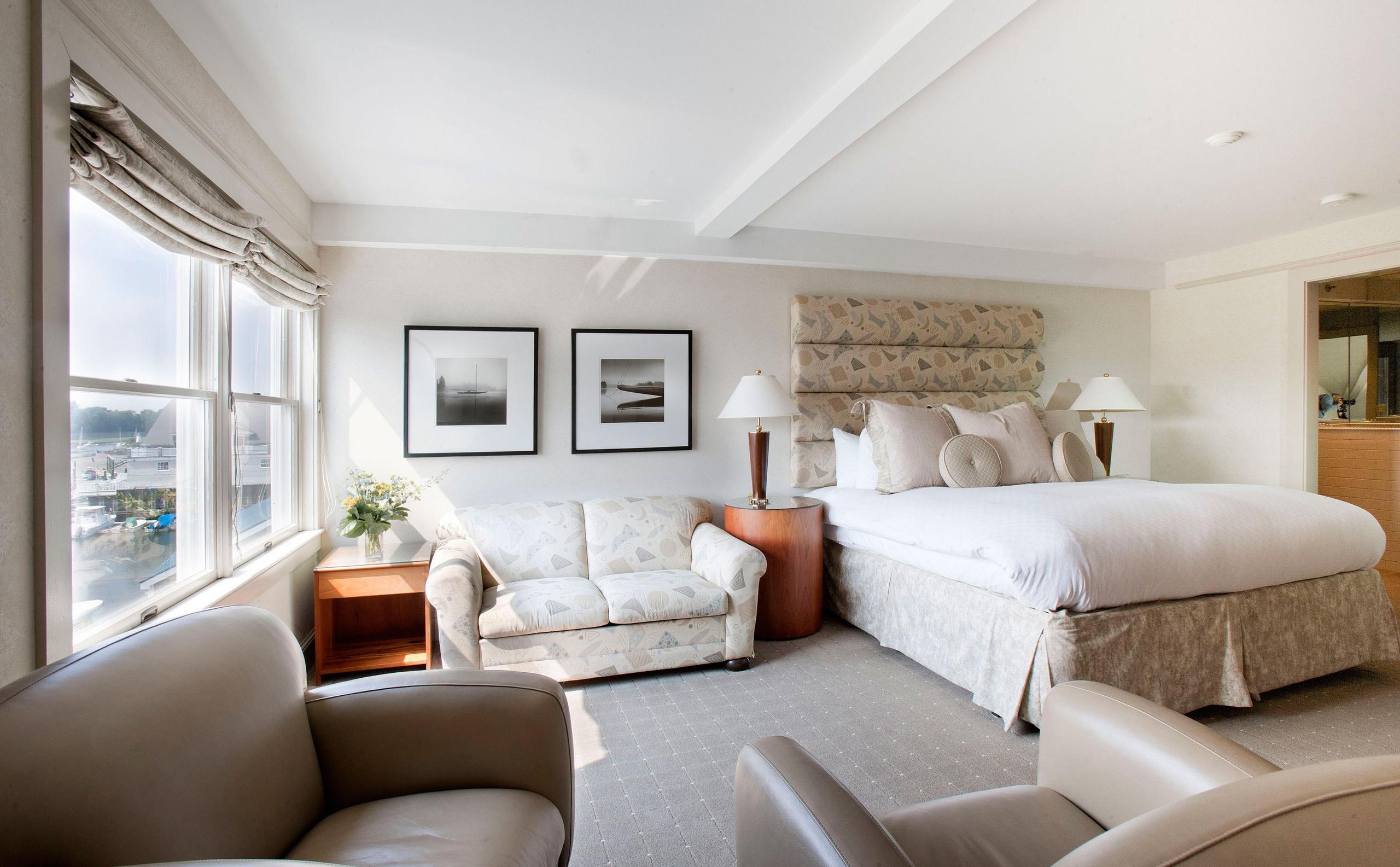 Выкатной диван в спальне