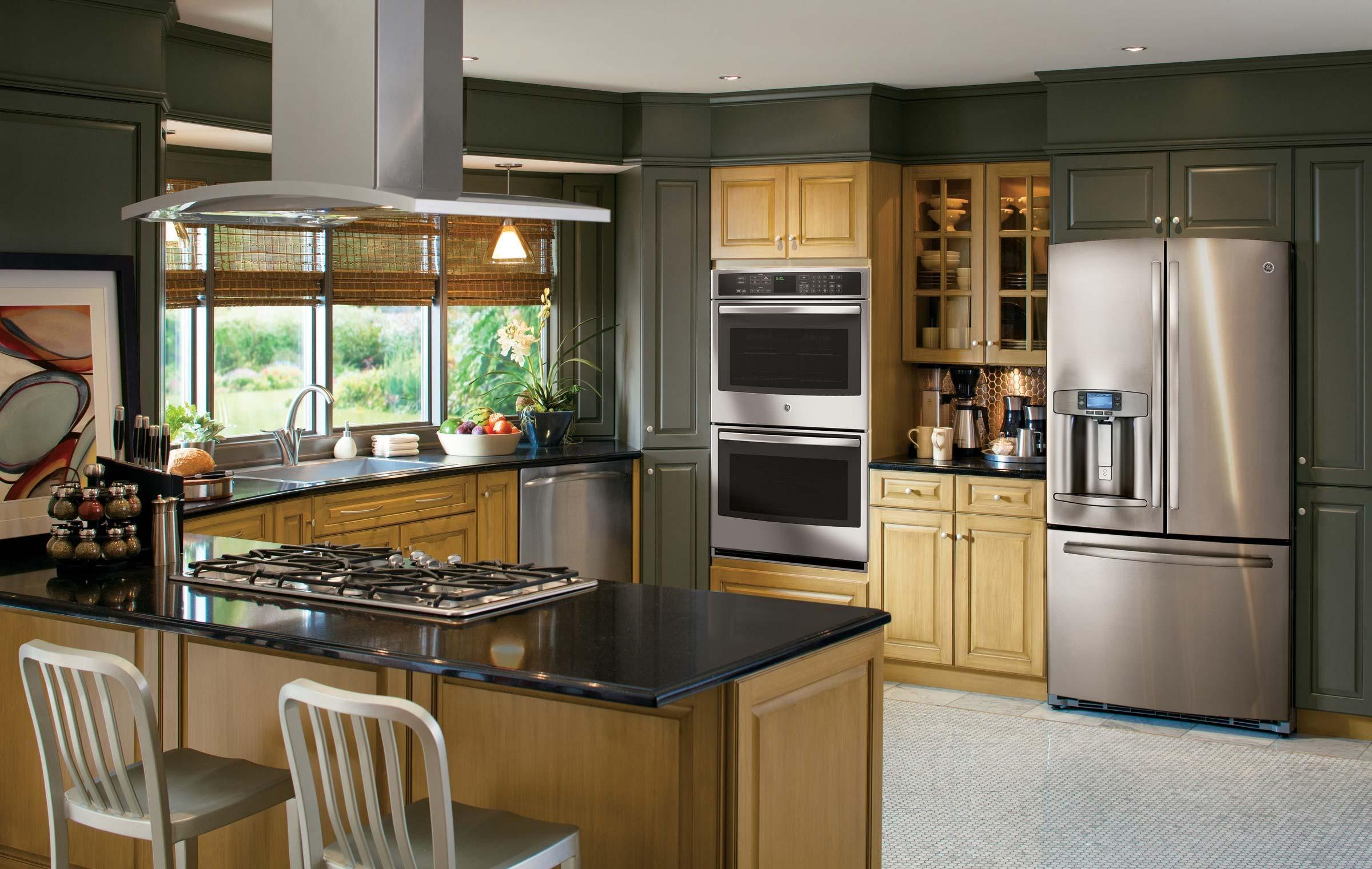 Широкий холодильник на кухне
