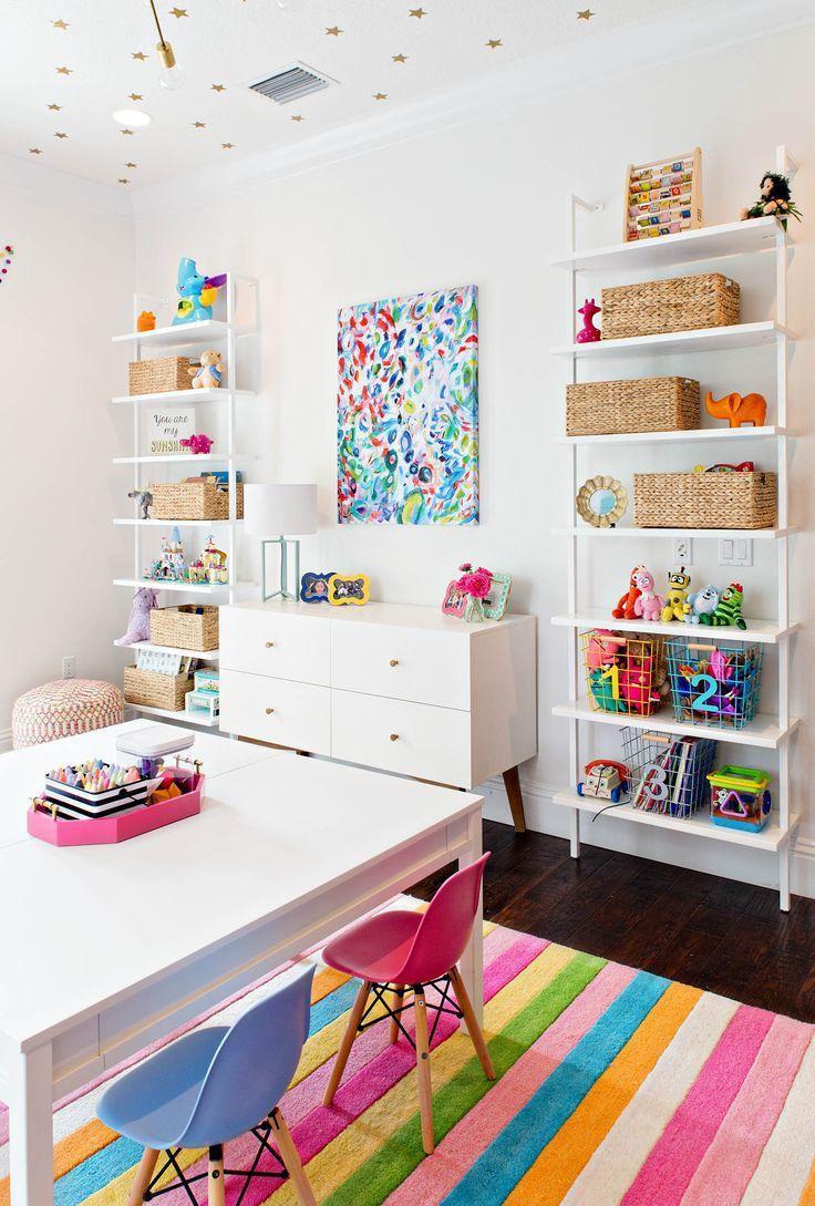 Детская комната в хрущевке со стеллажом