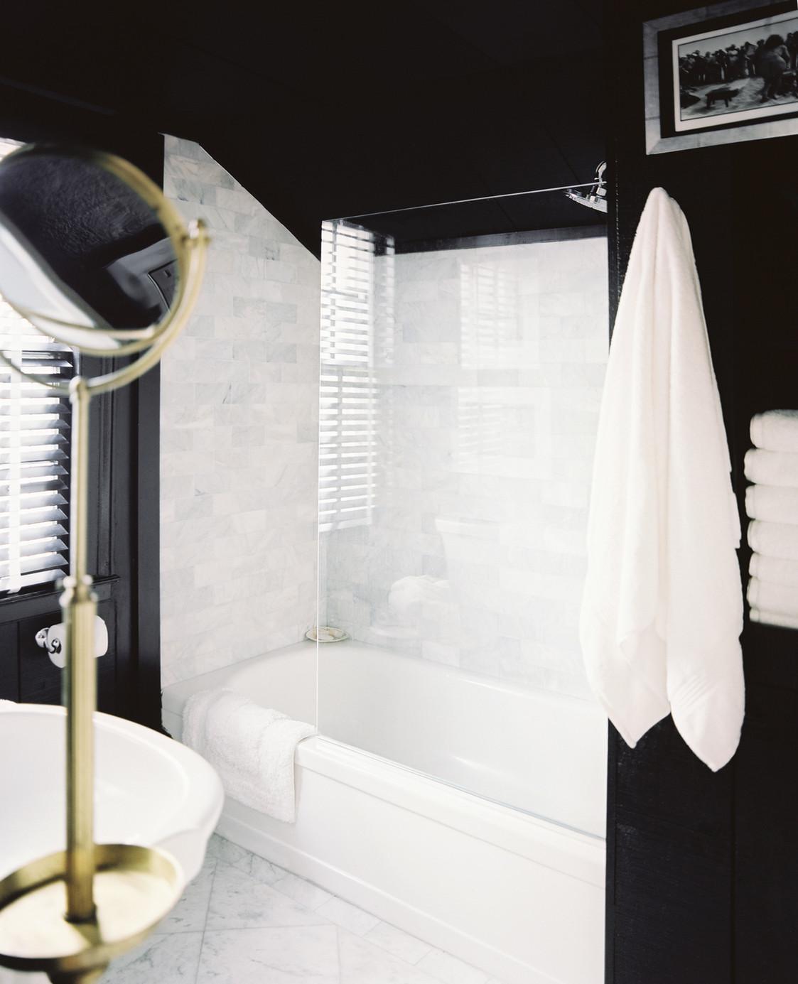 Черно-белая ванная со стеклянной перегородкой