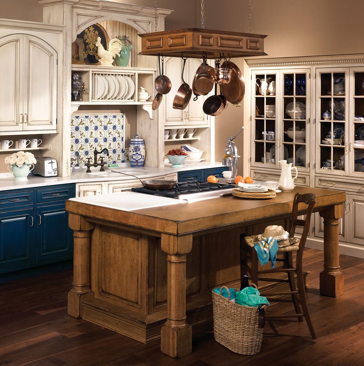 Светлая кухня в стиле рустик в квартире