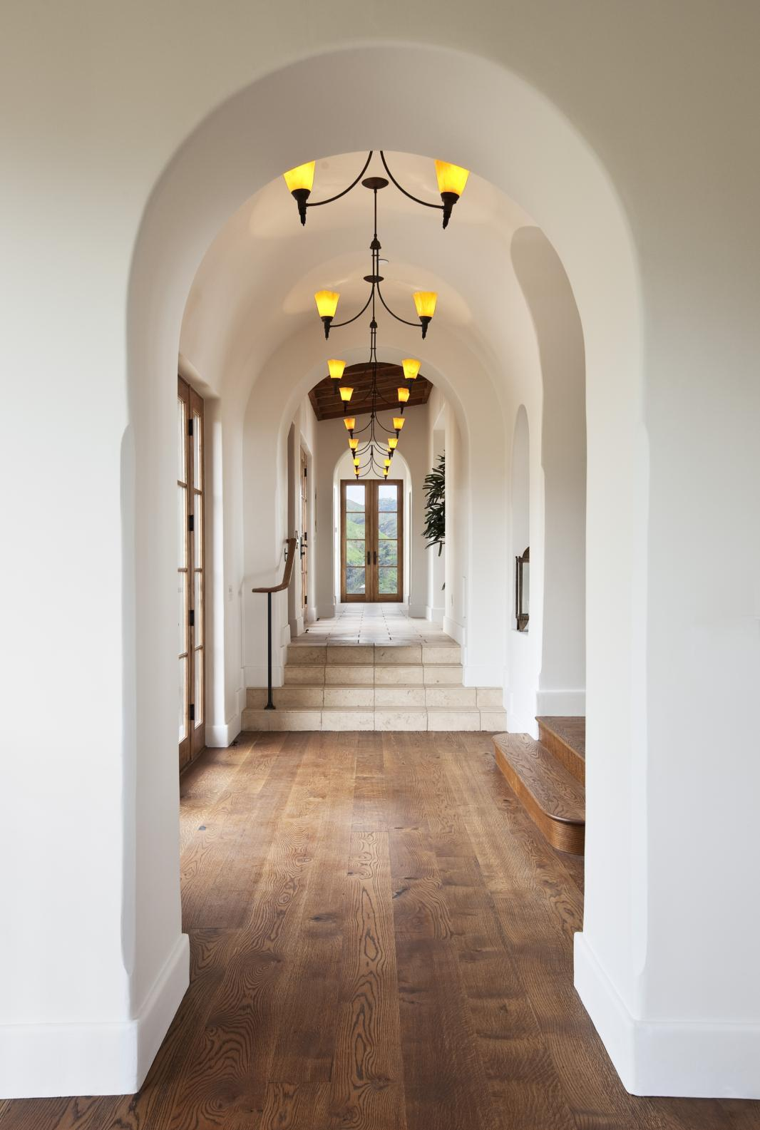 Дизайн коридора с аркой в лаконичной