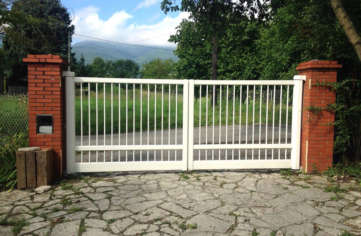 Ворота на кирпичных столбах