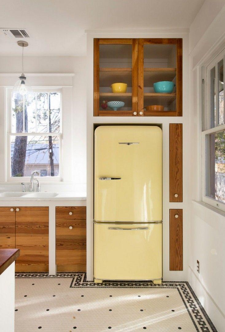 Холодильник желтый на кухне
