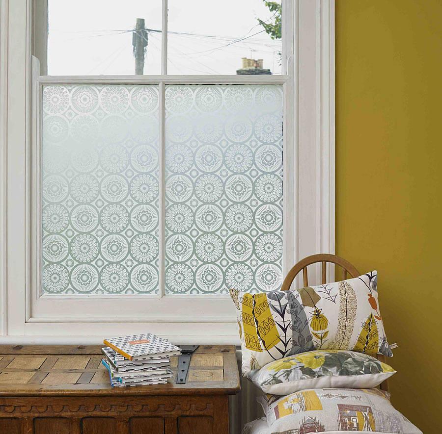 Белая витражная пленка на окно