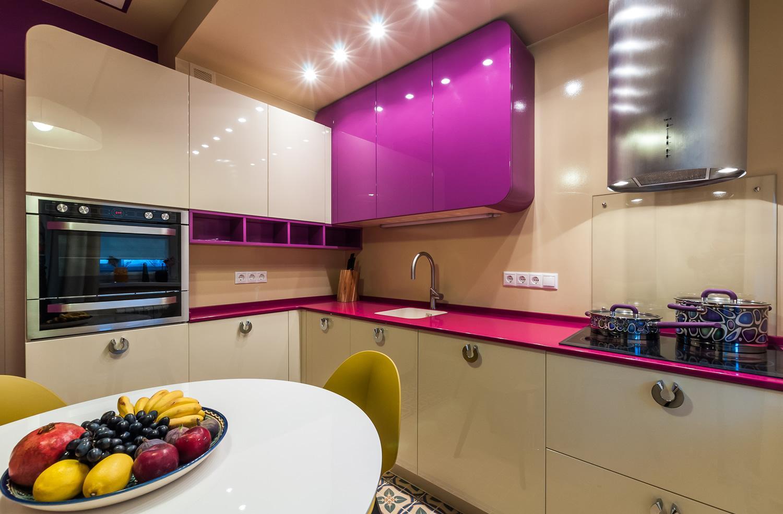 Бежево-розовая кухня