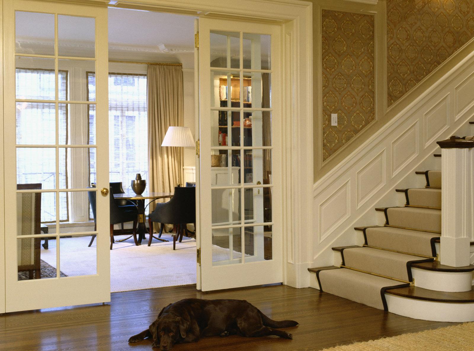 Деревянная лестница с ковровым покрытием