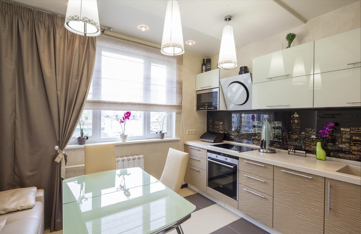 Однорядная кухня с обеденным столом и диваном