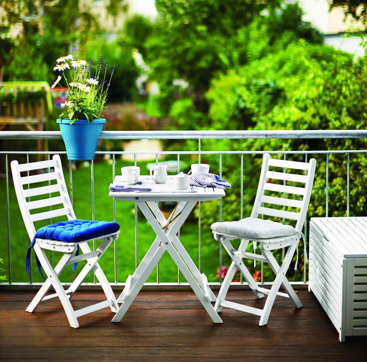 Балкон в своем доме легко украсить столиком и стульями, создав новое место общения