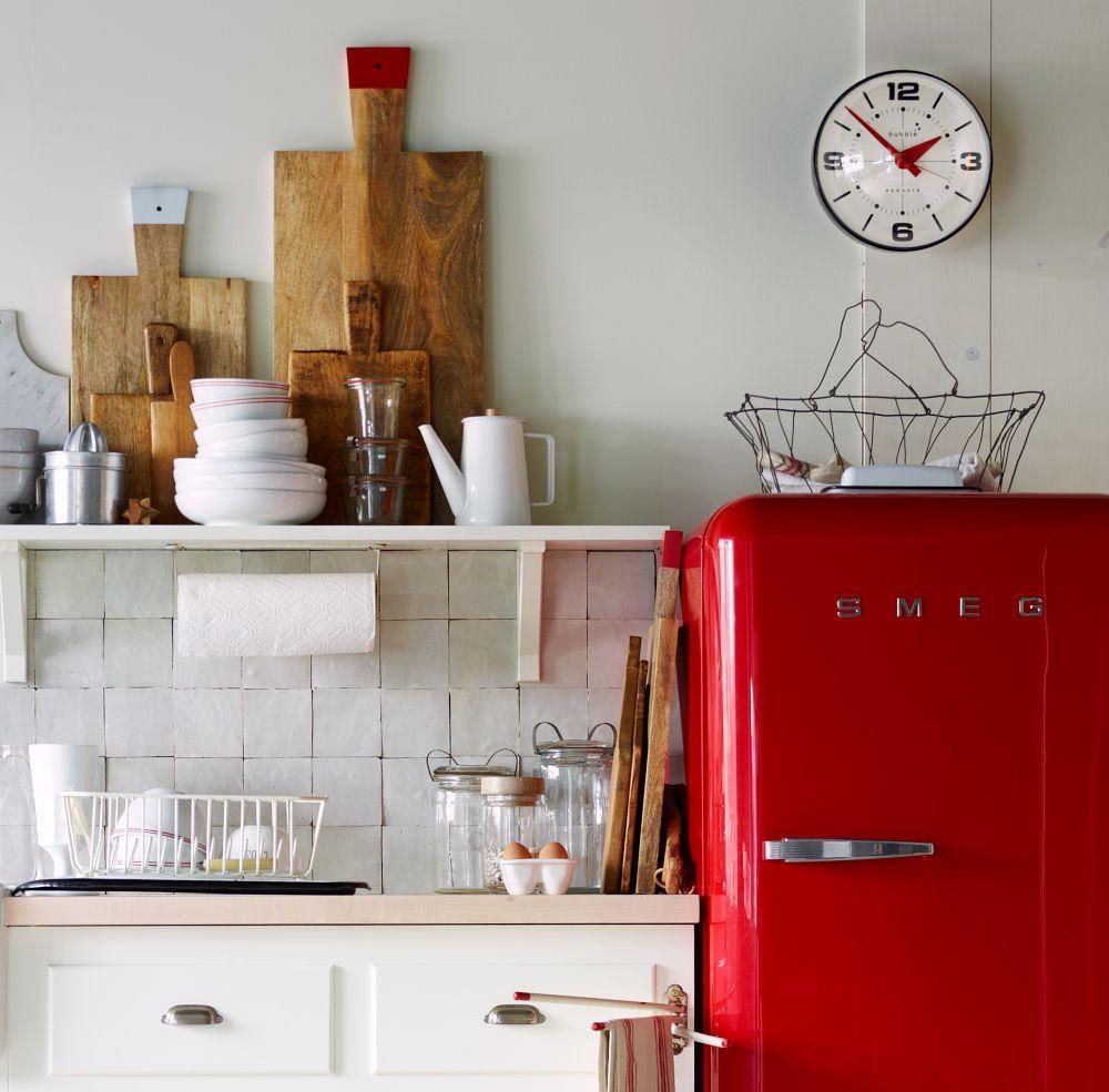 Расположение красного холодильника на кухне