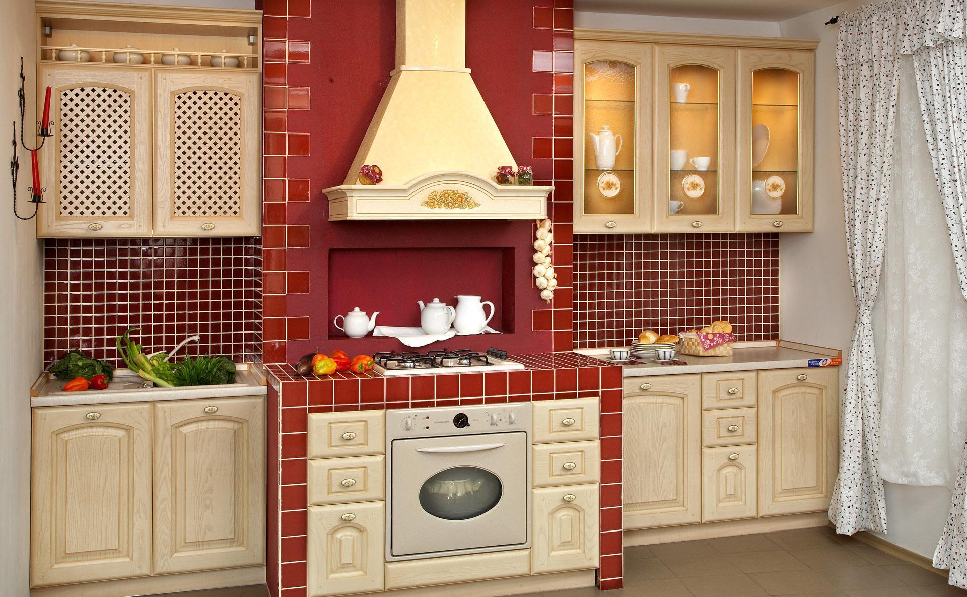 Кухня в стиле кантри в бежево-красных тонах