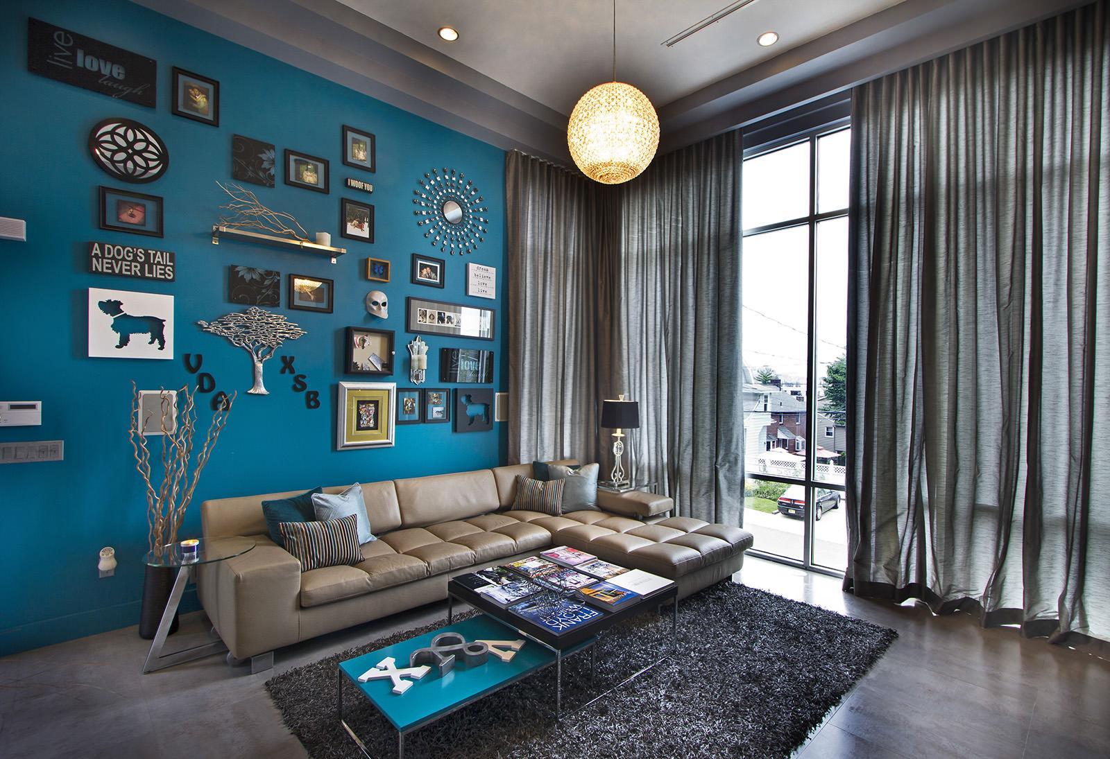 Зелено-голубая стена в интерьере