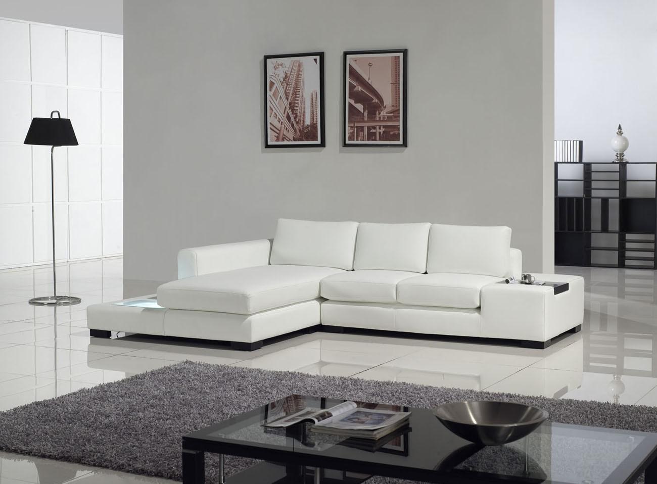 Белый диван с оттоманкой в гостиной