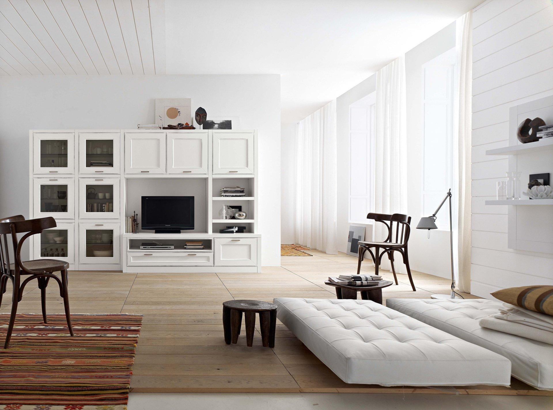 Коричневый, черный и белый цвета в интерьере гостиной