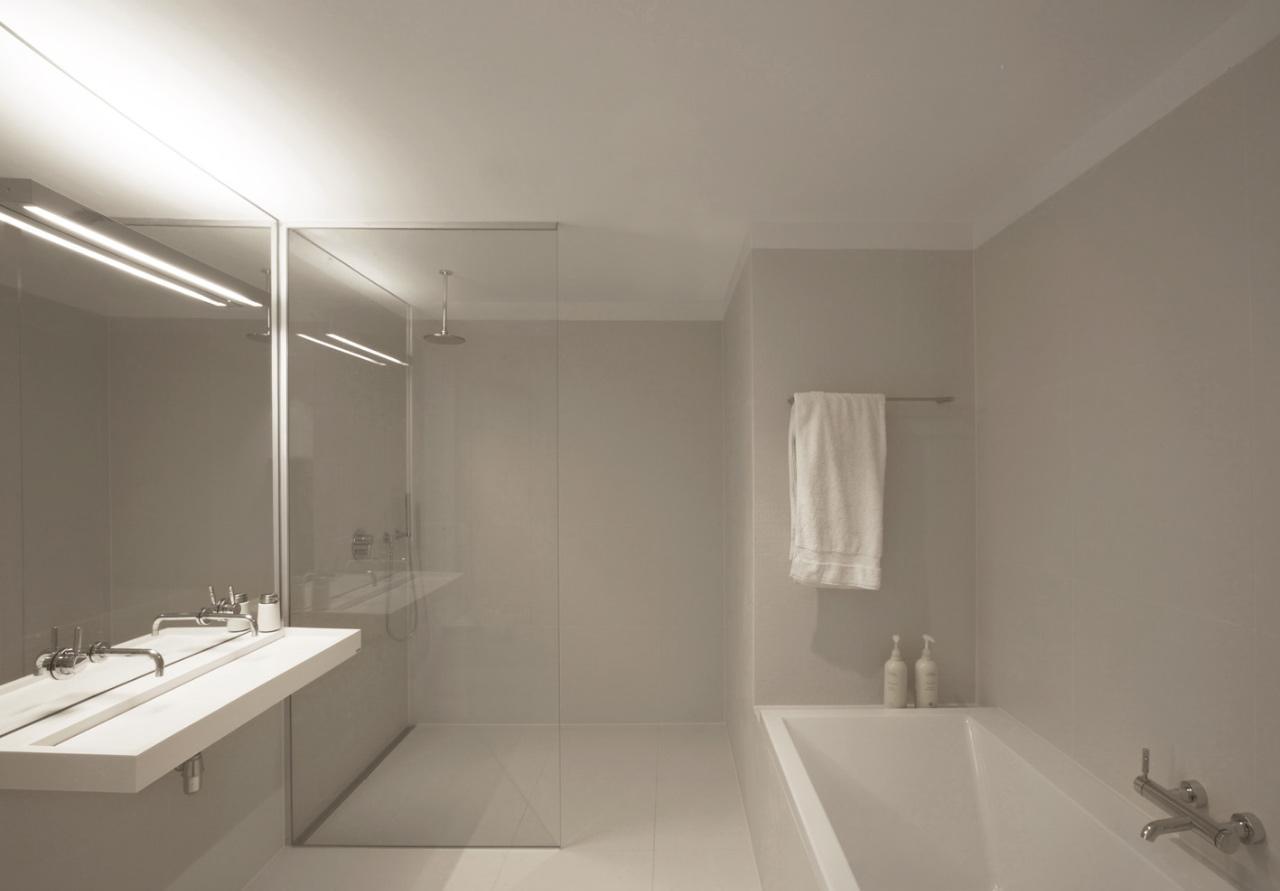 Ванная без унитаза с душевой