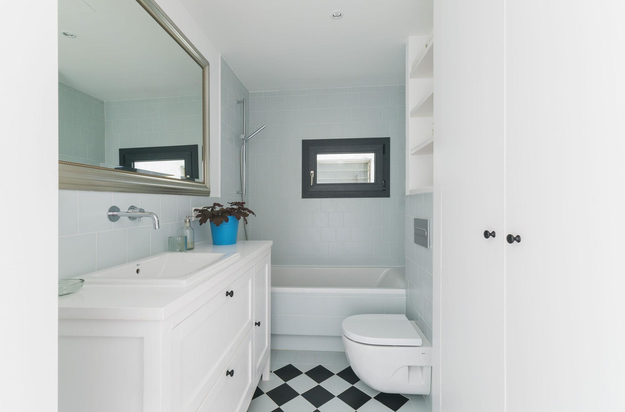 Белый, черный и голубой цвета в дизайне ванной комнаты