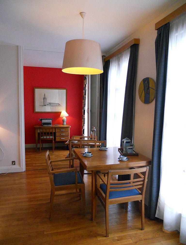 Гостиная столовая с двумя окнами