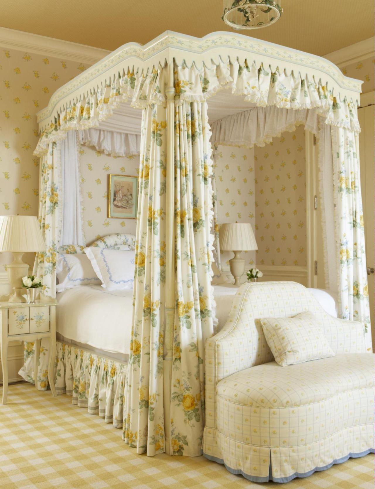 Балдахин над кроватью с цветочным принтом