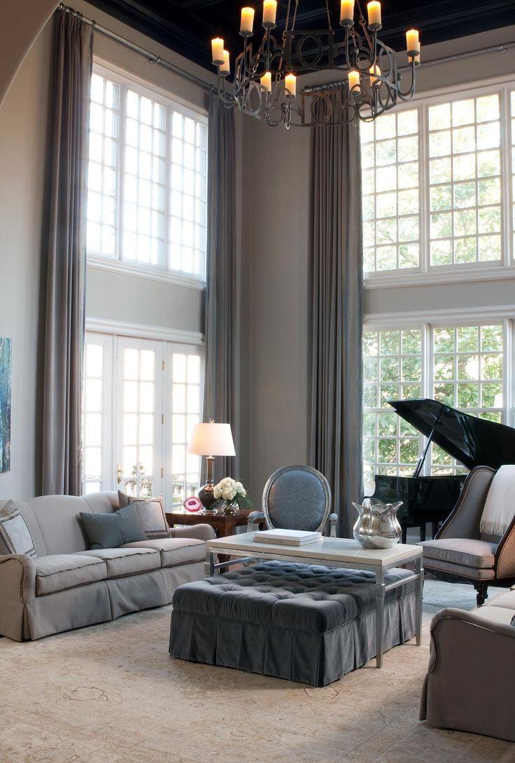 Гостиная с двумя французскими окнами