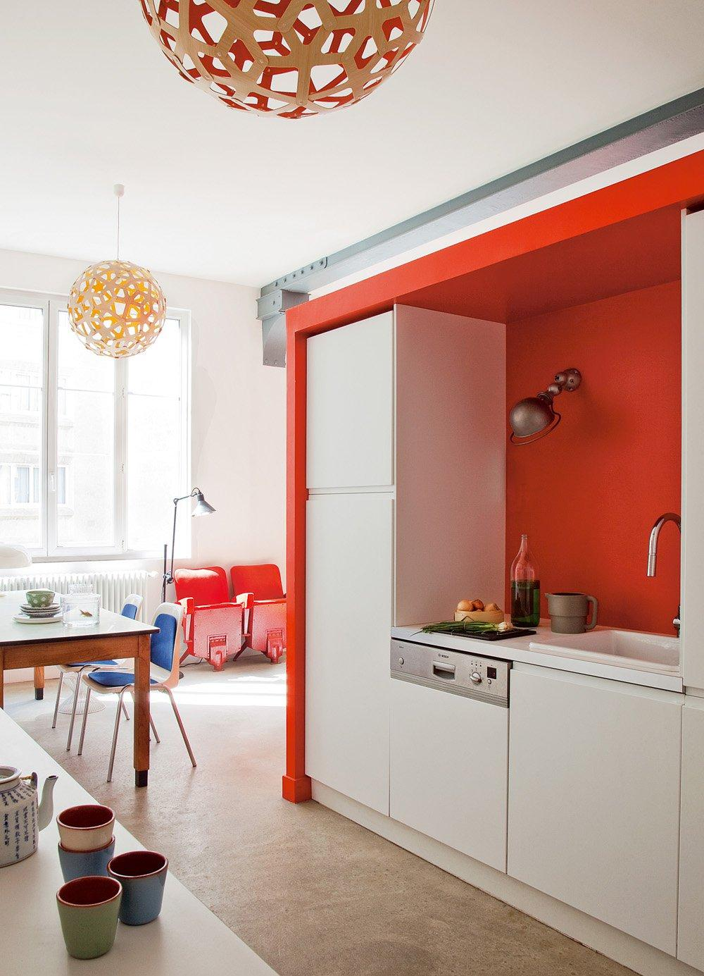 Холодильник в углу на кухне