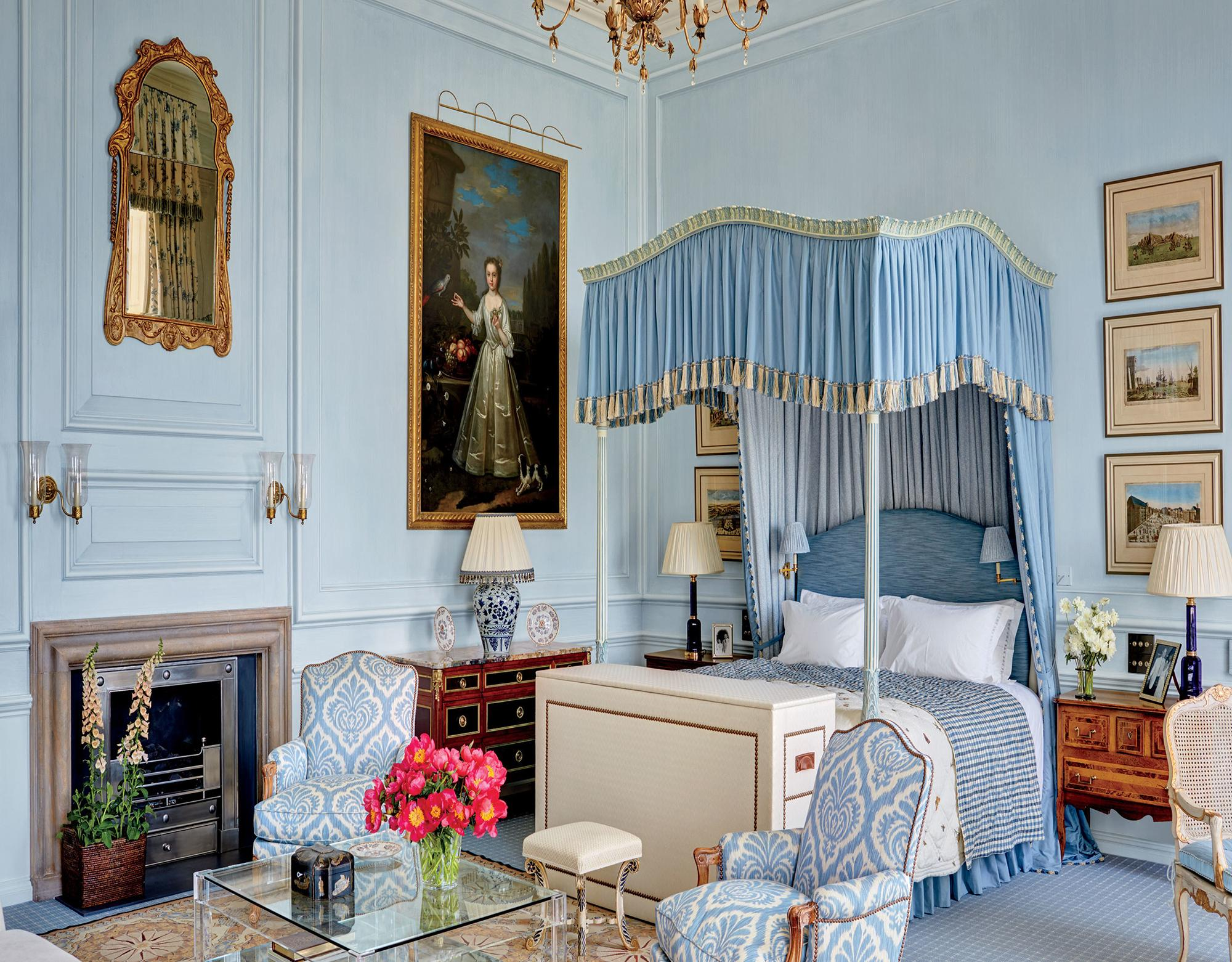 Голубой плотный балдахин в неоклассическом интерьере спальни