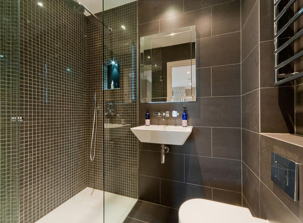 Темно-серая плитка в дизайне ванной комнаты