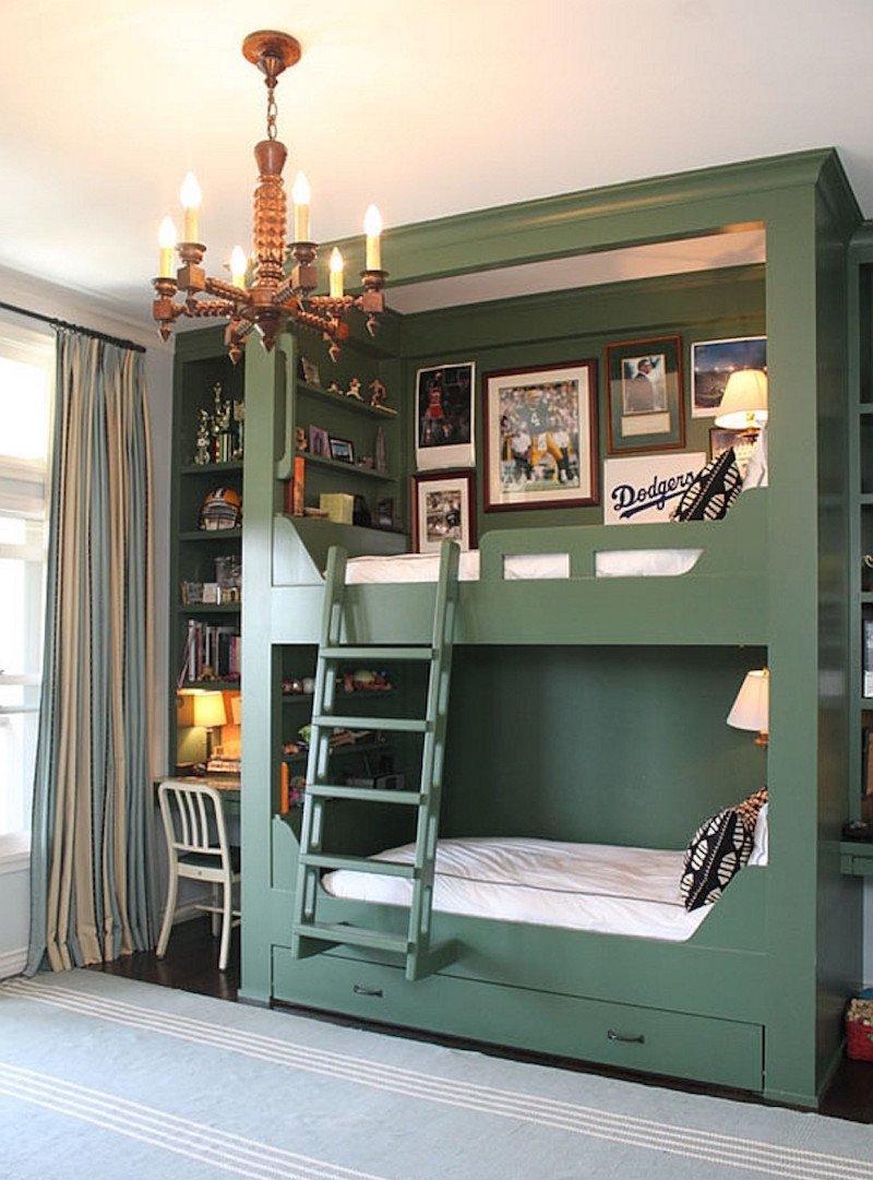 Дизайн детской комнаты для двух мальчиков с крашеной кроватью