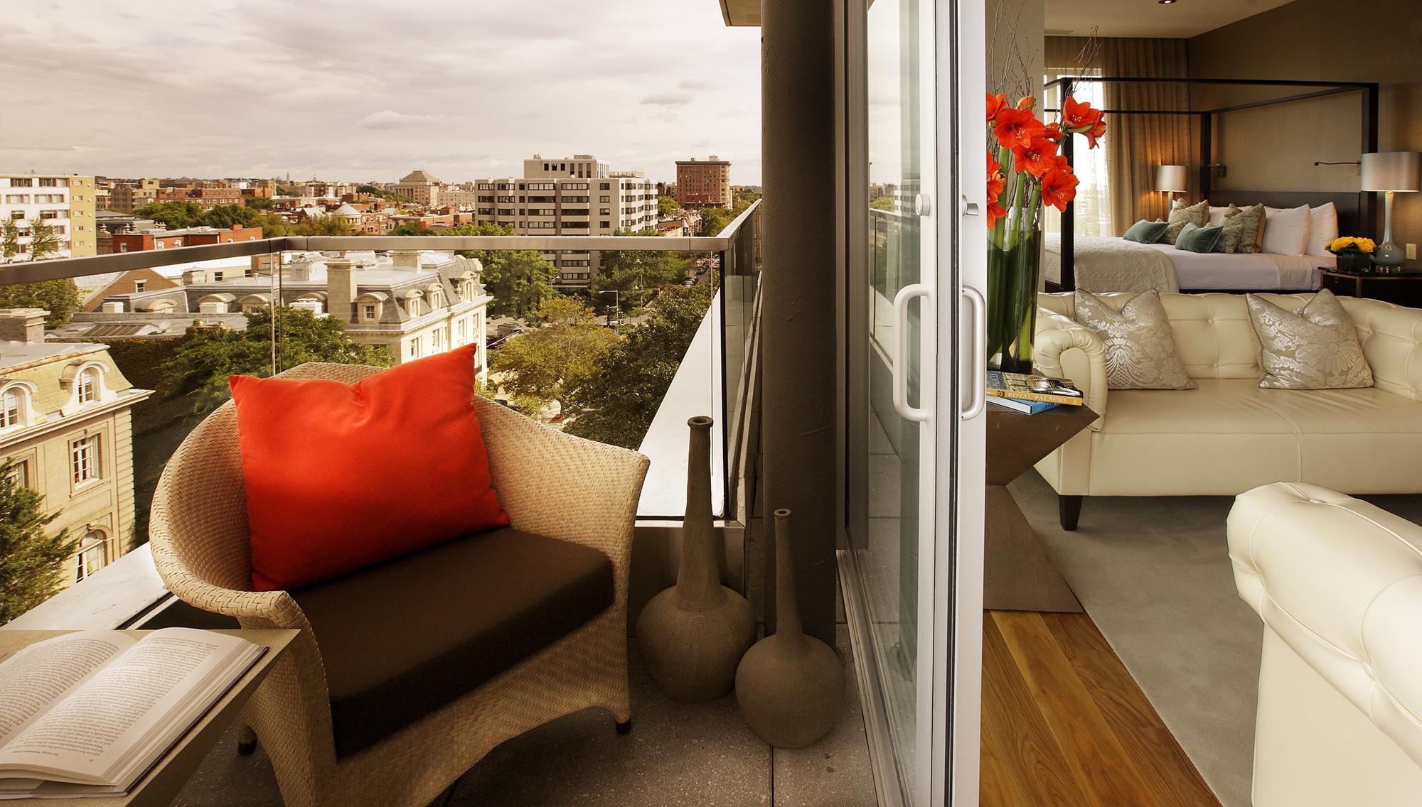Балкон со стеклянными дверями для отдыха