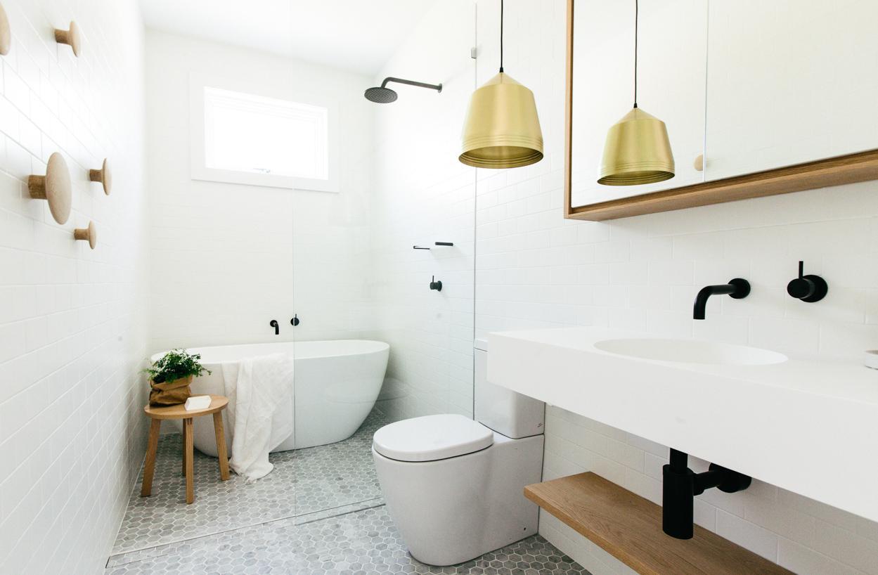 Бело-коричневая ванная комната