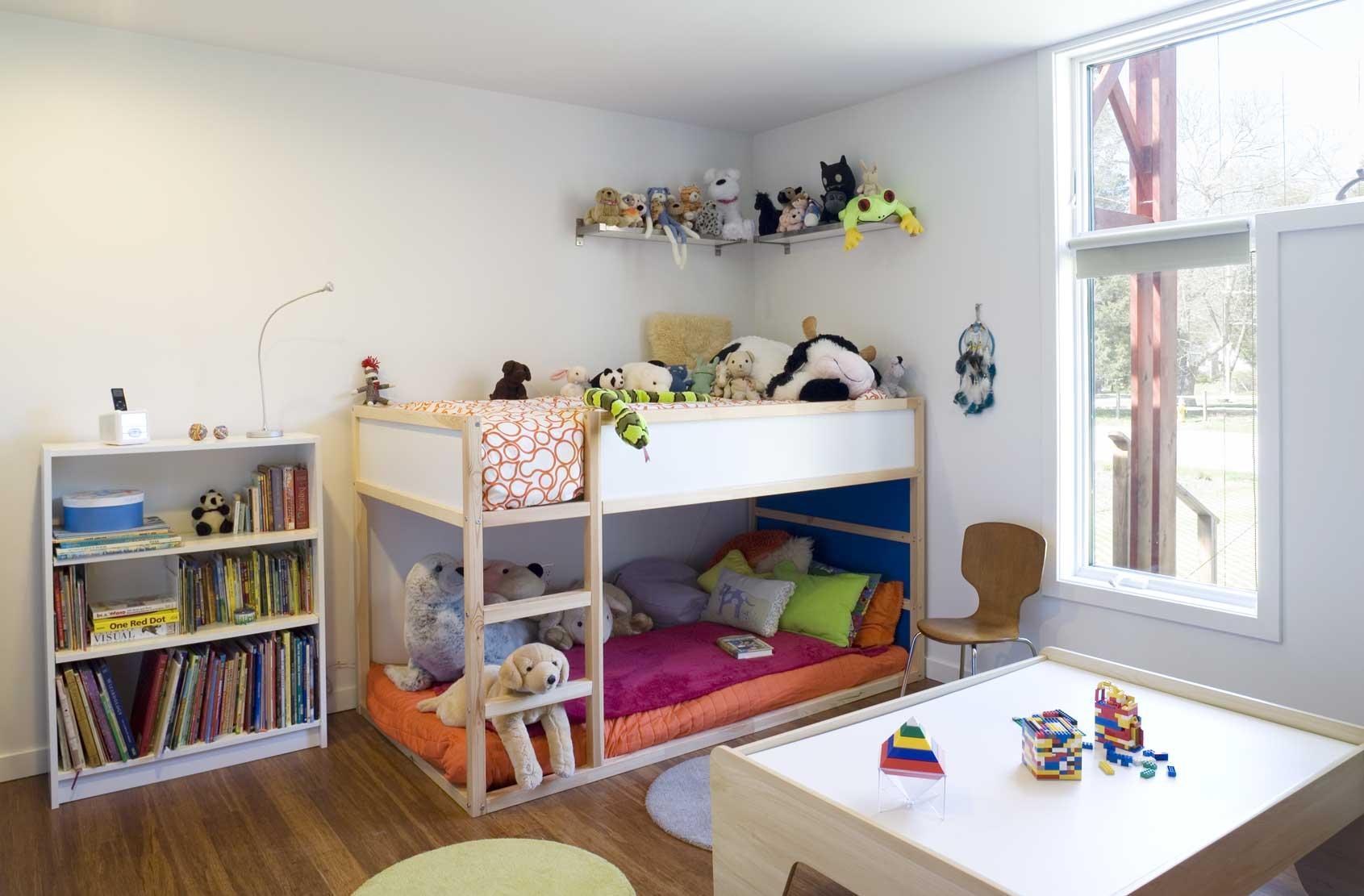 Дизайн детской комнаты для двух мальчиков с угловой кроватью