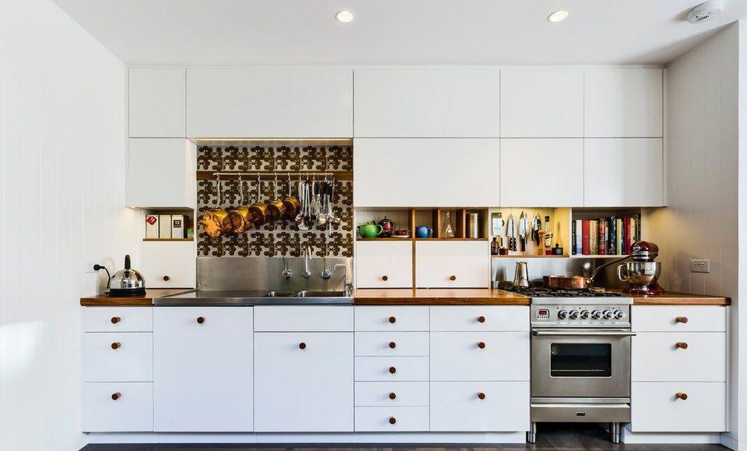 Бело-коричневый гарнитур в однорядной кухне