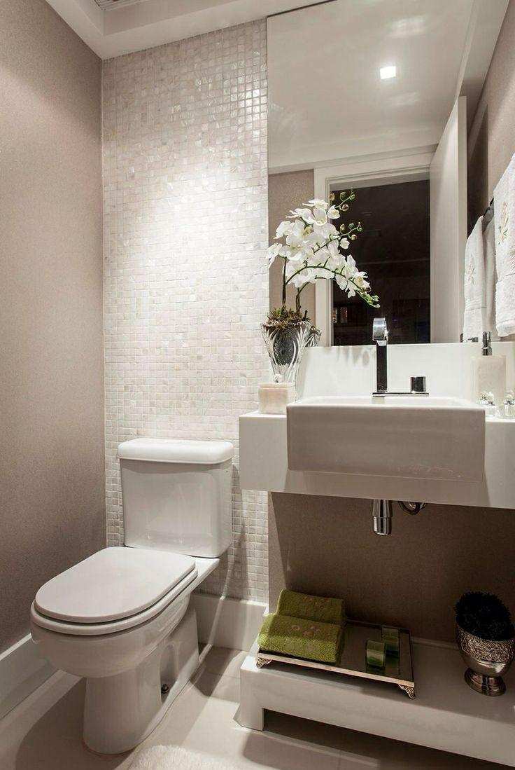 Маленькая ванная комната с перламутровой мозаикой