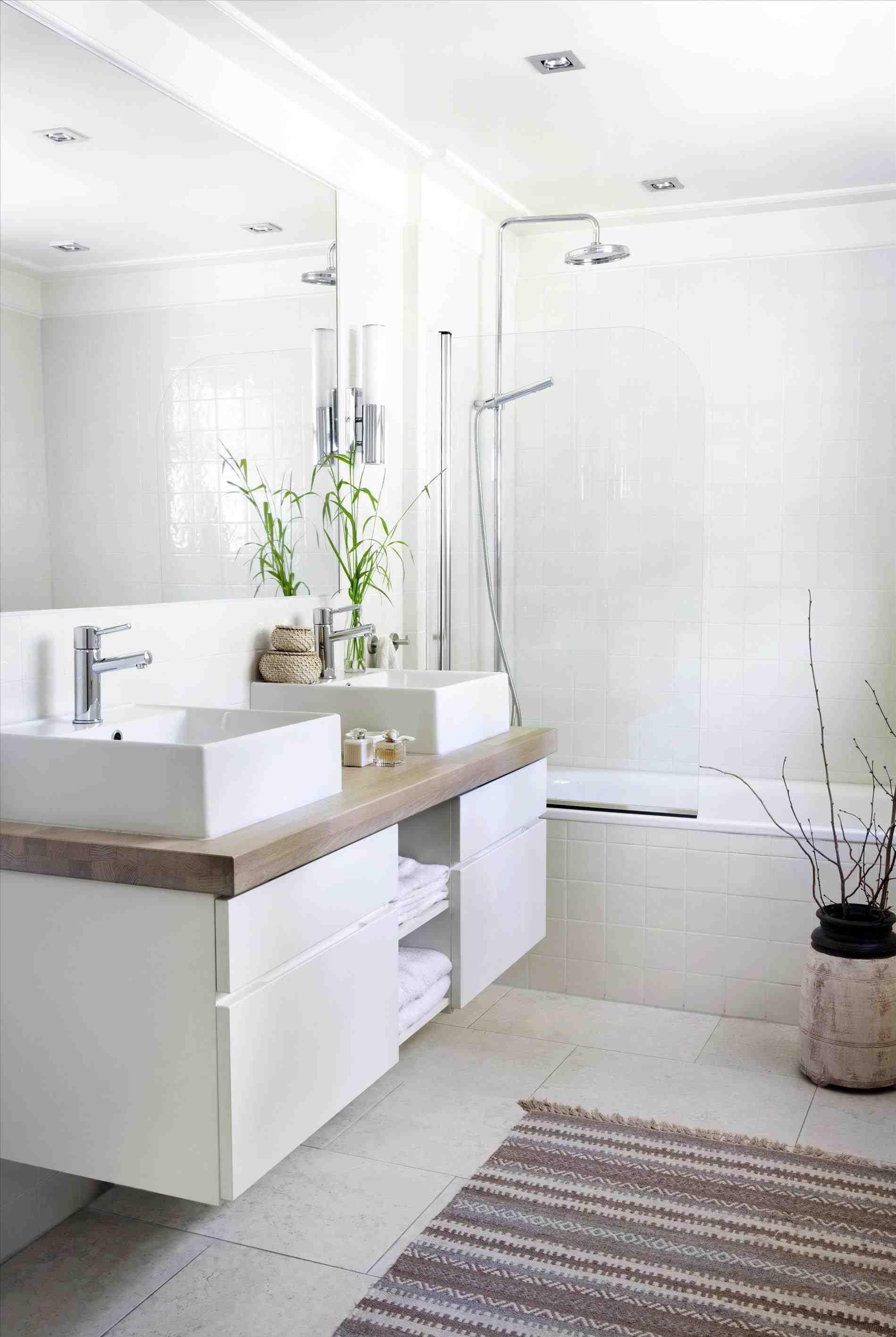 Маленькая ванная комната с двумя раковинами