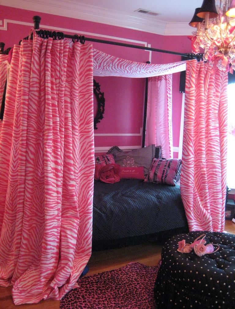 Розово-черная спальня